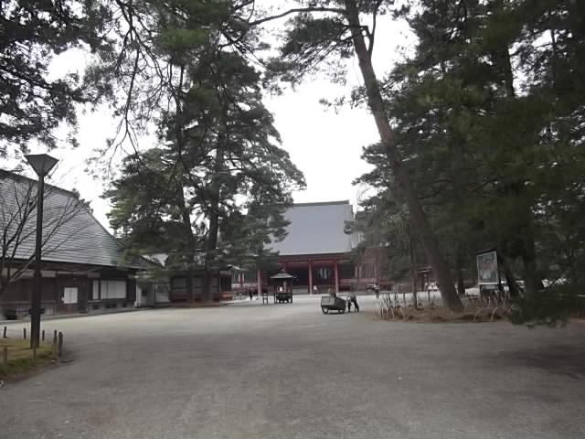毛越寺 本堂前の広場